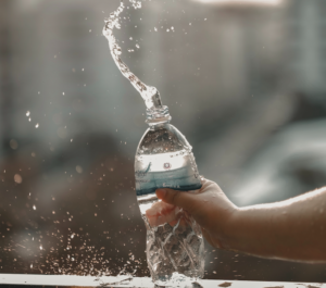 U.S. Sens. Jon Ossoff and Raphael Warnock proposed a bill that bars states from restricting volunteers from handing out water and snacks to voters in line. (Credit: Unsplash)